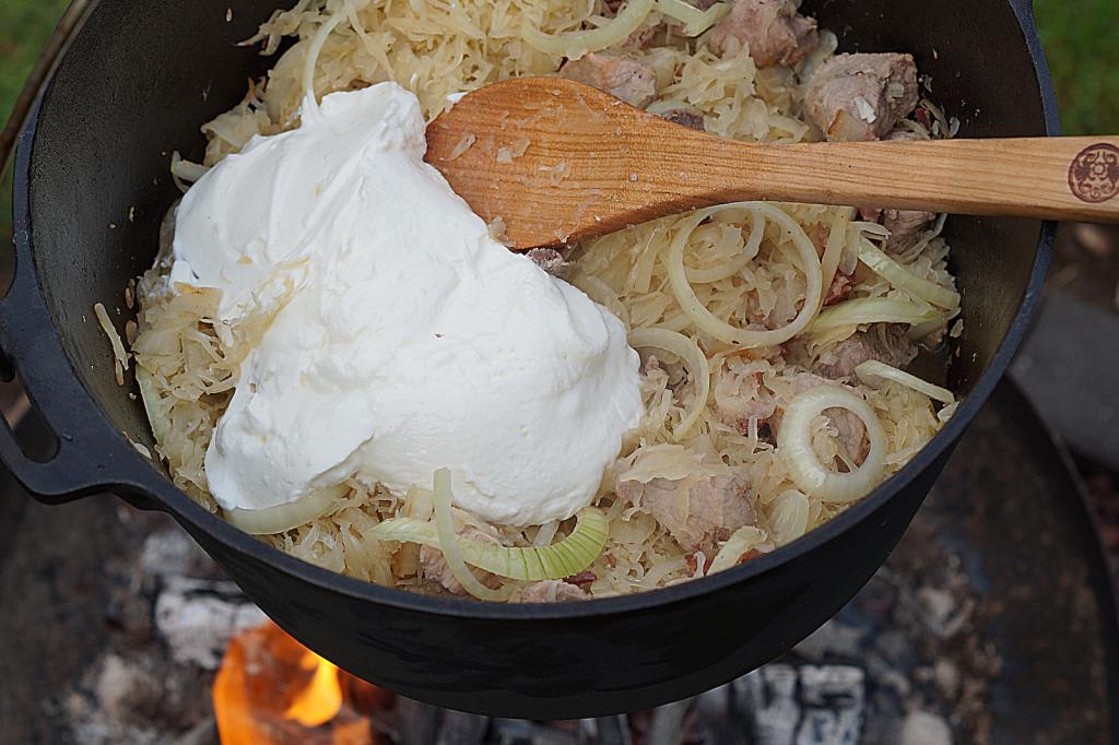 Szegediner Gulasch: Sauerkraut und saure Sahne dazugeben