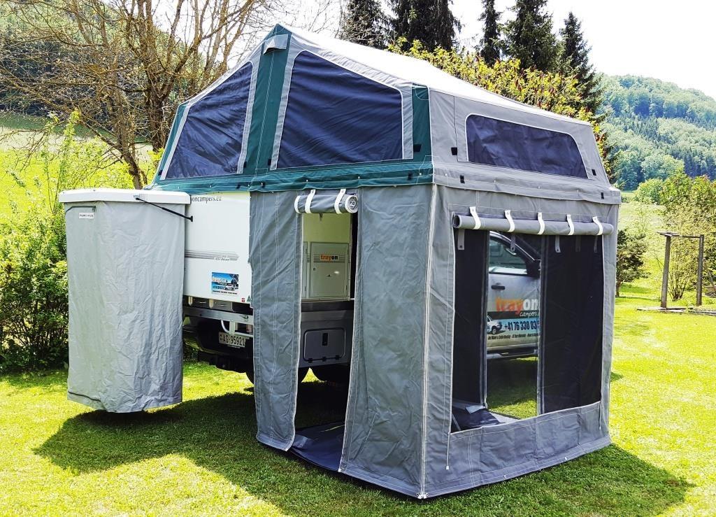Trayon-Camper mit zusätzlichen Zeltwänden und Außendusch-Kabine.