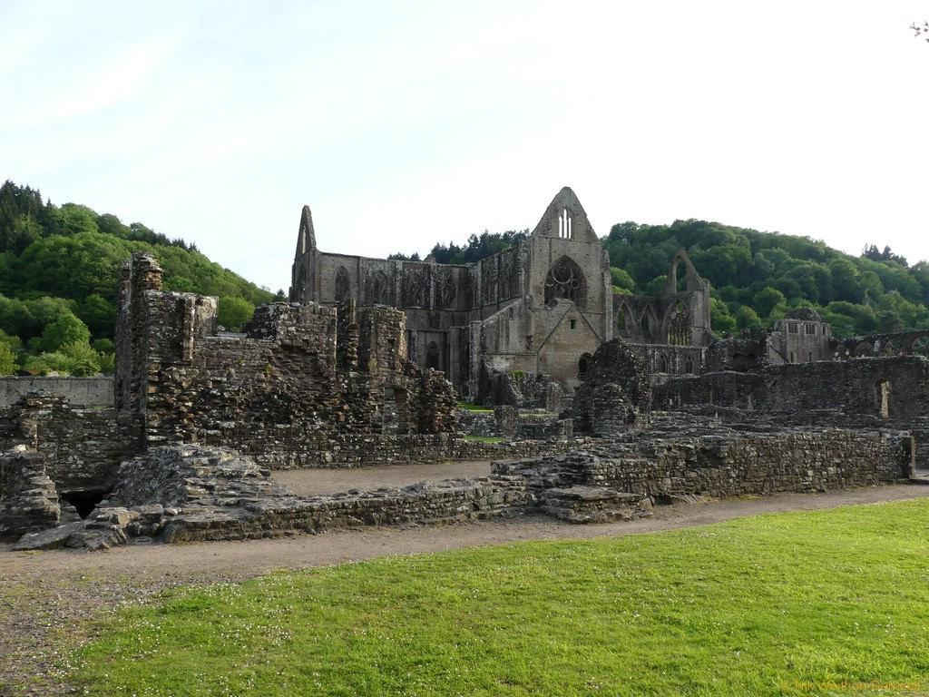 Die Ruinen des alten Zisterzienserklosters Tintern Abbey.