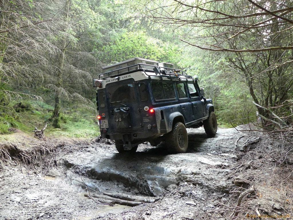 Wales - Mit nassen Reifen über die abgewetzten Stufen.