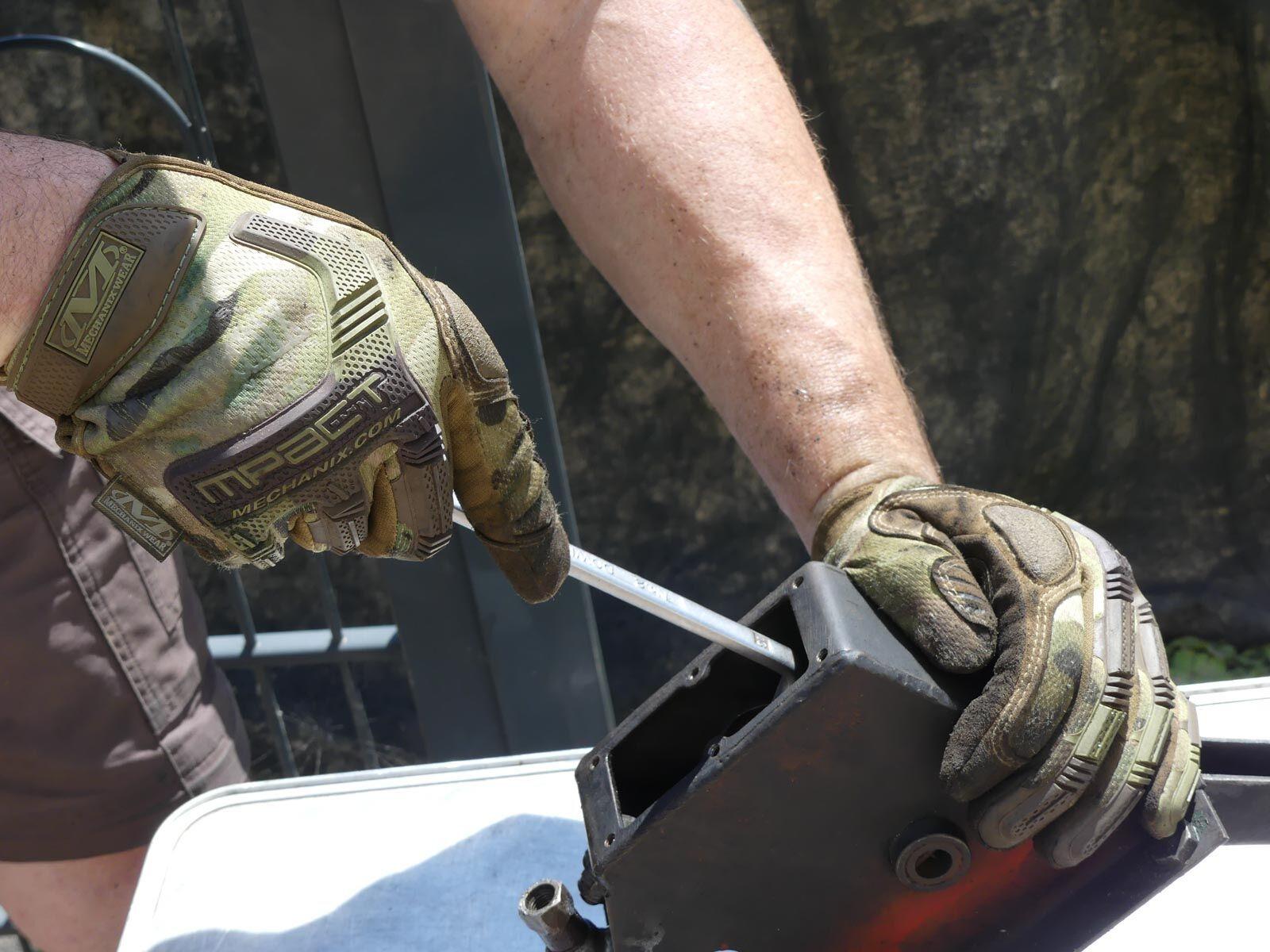 Teile lassen sich sicher packen. Die Handschuhe schützen auch vor grobem Schmutz.
