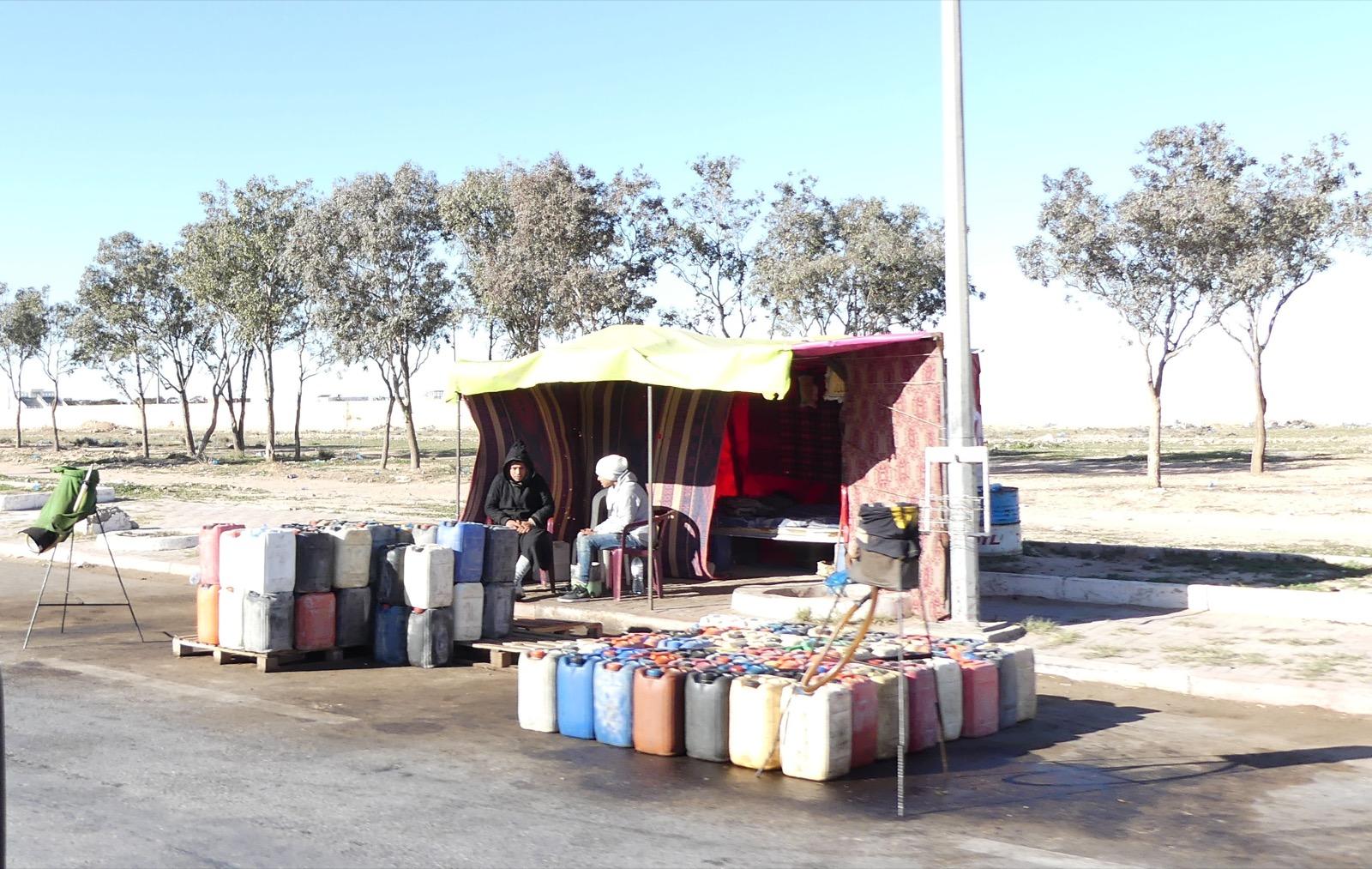 """Fassbetankung - """"Freie"""" Tankstelle in Tunesien."""