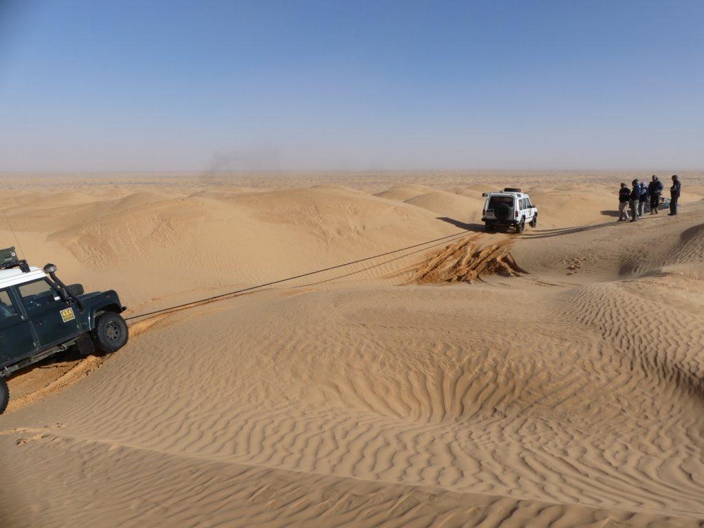 Michael will Steffen aus den Dünen schleppen, Tunesien Sahara Extrem