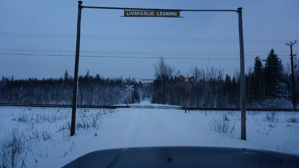 Einer der zahllosen Bahnübergänge