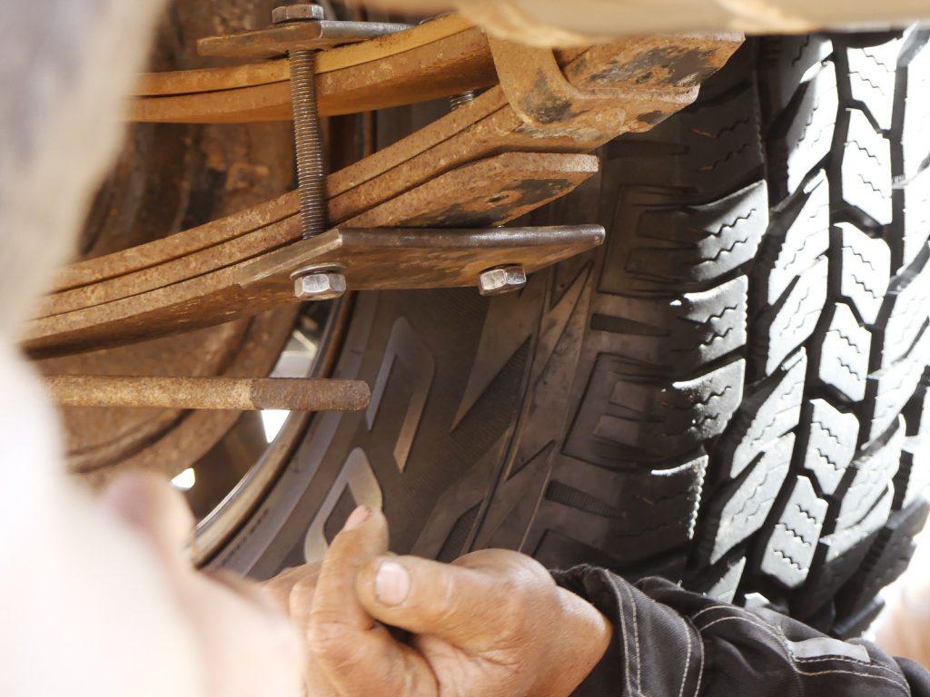 An Horsts Iveco sind zwei Blattfedern gebrochen, Tunesien Sahara Extrem
