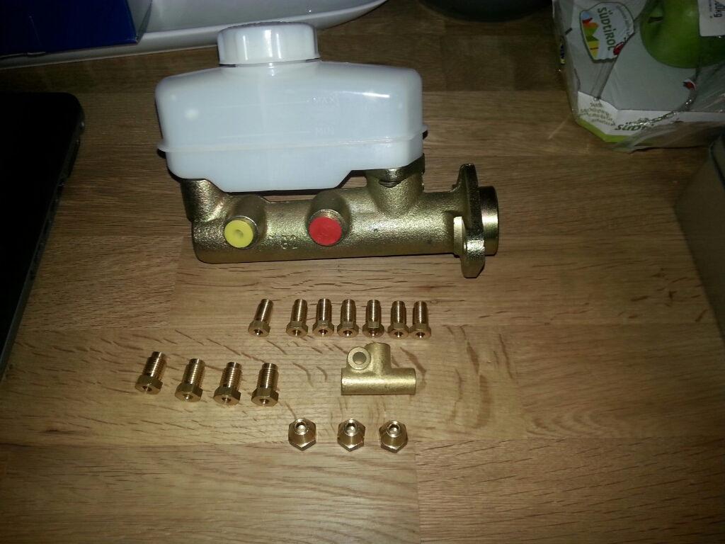 Neuer Hauptbremszylinder mit 3-Wege-Stück und Überwurfmuttern.