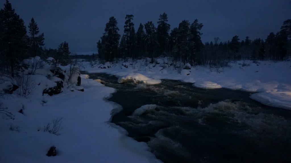 Stromschnellen im Juutuanjoki südlich Inari, Finnlaend576