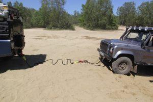 Grube Bergeset No Winch - Das kinetische Seil ist befestigt und ausgelegt. Am gezogenen Fahrzeug ist es am Zugdreicek befestigt.