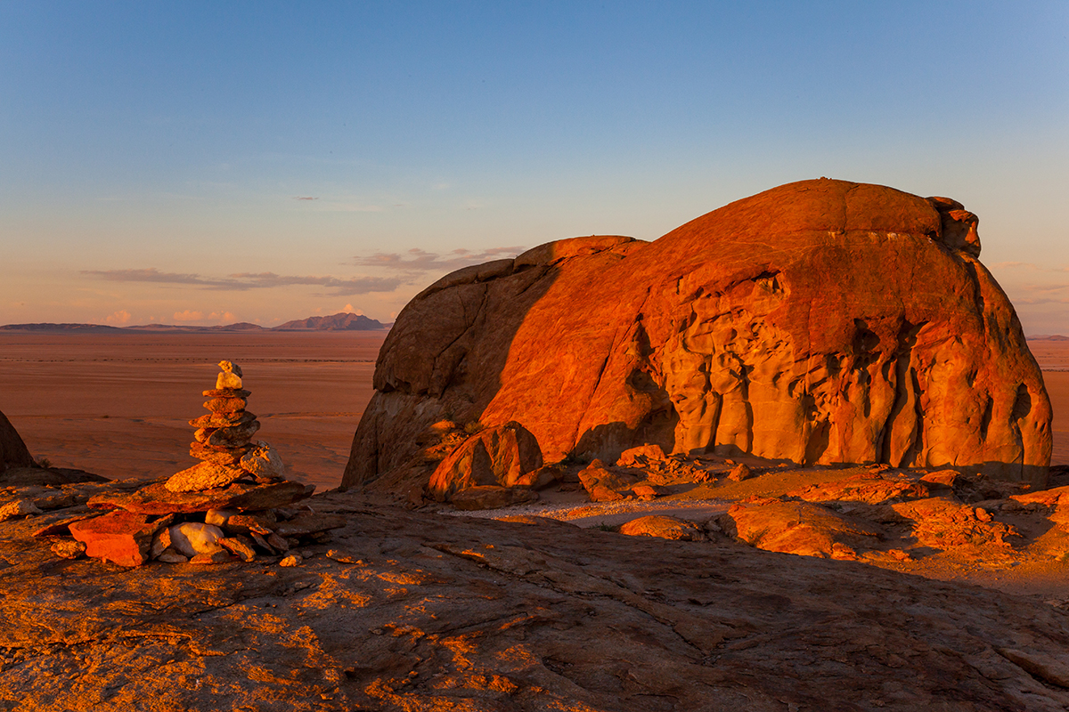 Mirabeb - rote Granitfelsen in einsamer Wüstenlandschaft, Foto: Constanze Kühnel, Mantoco.com