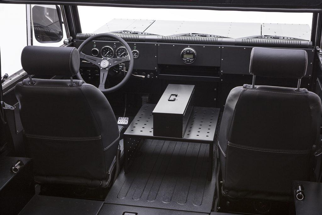 Bollinger B1 - Übersichtliches Cockpit mit viel Raum für Eigenes.