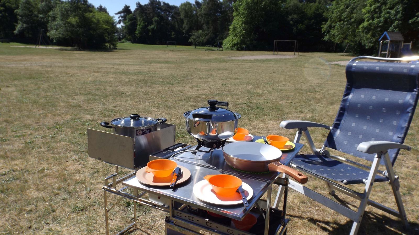 Bis zu vier Personen haben an der aufgeklappten Kochbox mit integriertem Tisch von DTBD Outdoor Platz.