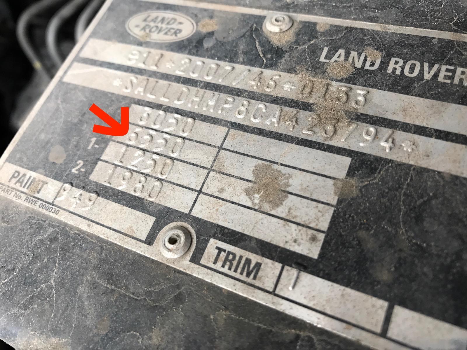 Plakette im Motorraum Land Rover Defender, mit Informationen zur Anhängerkupplung