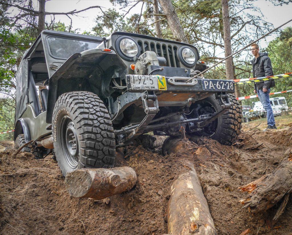 Ein Jeep kämpft sich durch den Parcours.