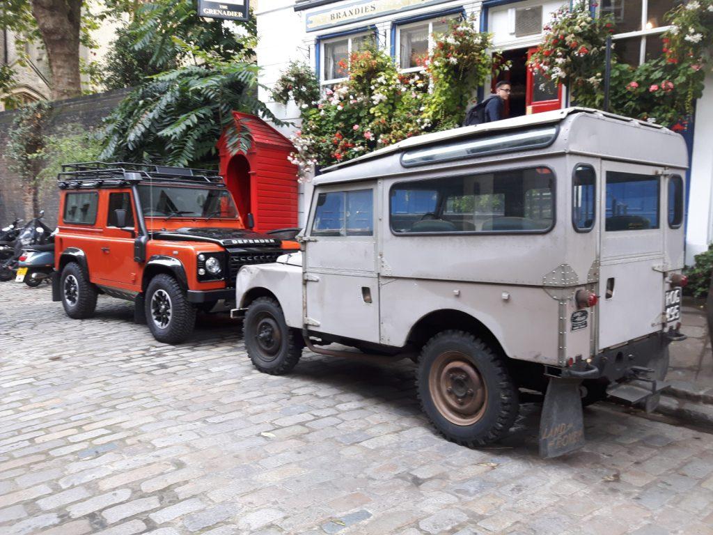 Zwischen diesen beiden Land Rover Modellen liegengute 60 Jahre Jahre.