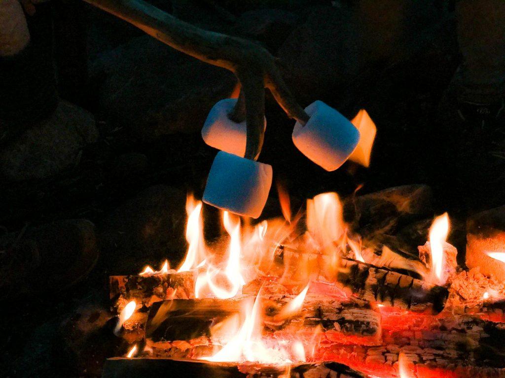 Die Marshmallows verwandeln sich in Kürze in eine leckere klebrige Masse.