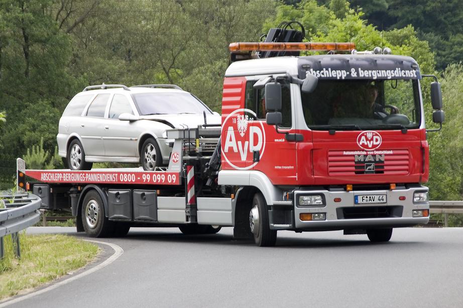 AvD Unfall- und Abschlepphilfe - Wenn nichts anderes mehr geht. Fahrspaß + Sicherheit: AvD Automobilclub von Deutschland
