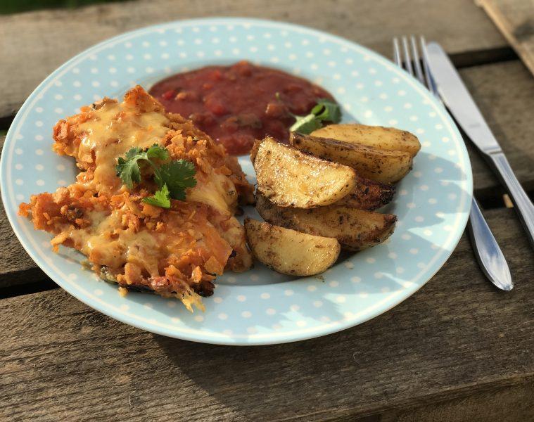 Hühnchen mit Kruste aus Chio Tortillas und Salsa mit Käse überbacken