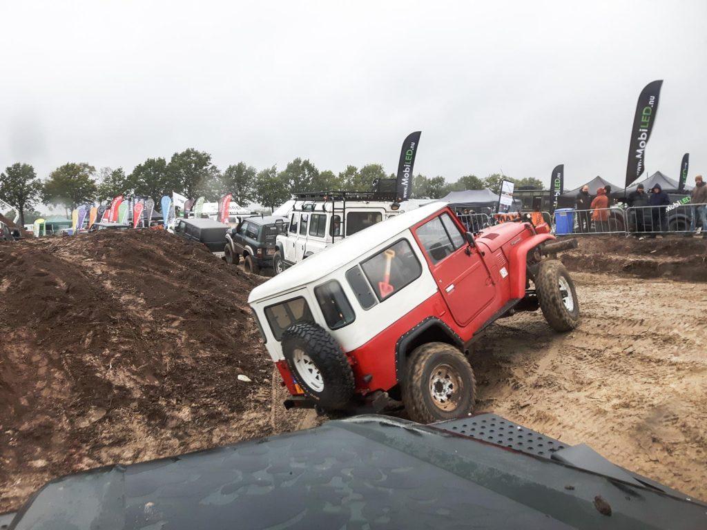 Offroad Budel 2017 - Ein Toyota Buschtaxi klettert aus der Sandgrube.