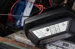 Batteriewartung im Winter oder langen Stillständen.