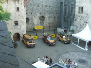 Schlosshof mit Camel-Trophy Land Rover.