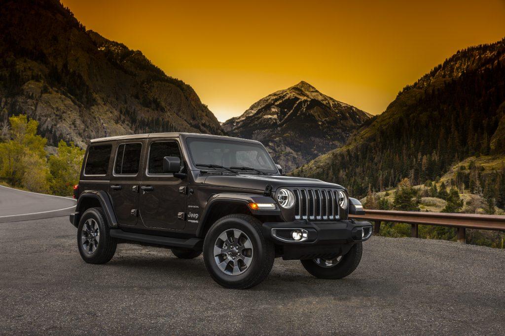Geschlossen, mit Hardtop in Wagenfarbe lackiert: Jeep Wrangler Sahara.
