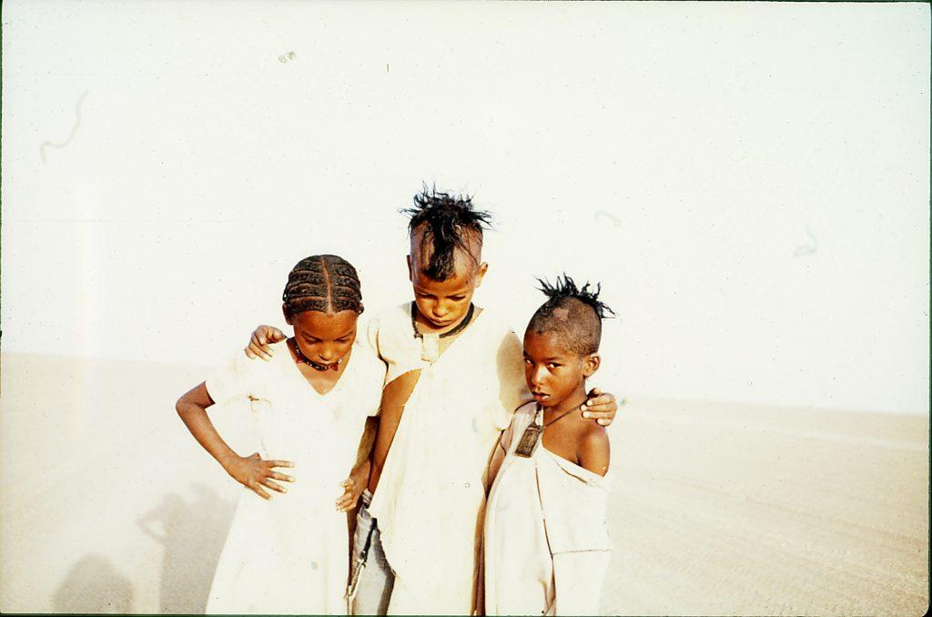 Die drei Kinder aus der nigerischen Wüste.
