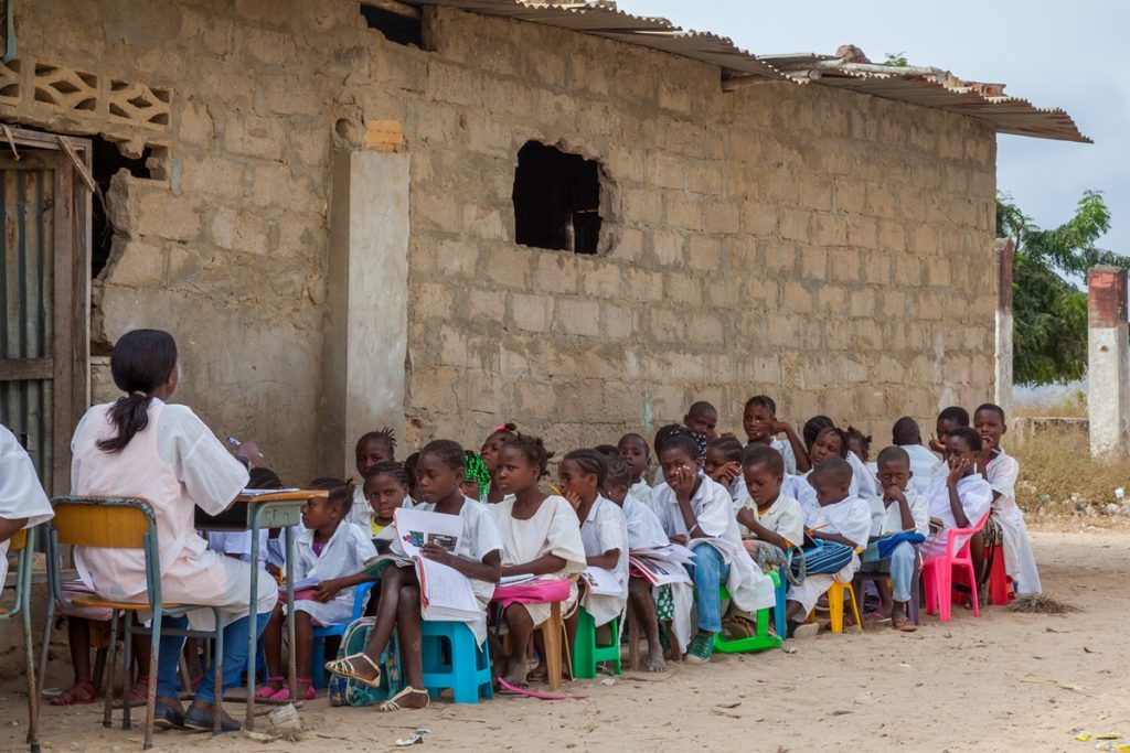 Mantoco - Oft sieht der Schulunterricht in Afrika so aus.
