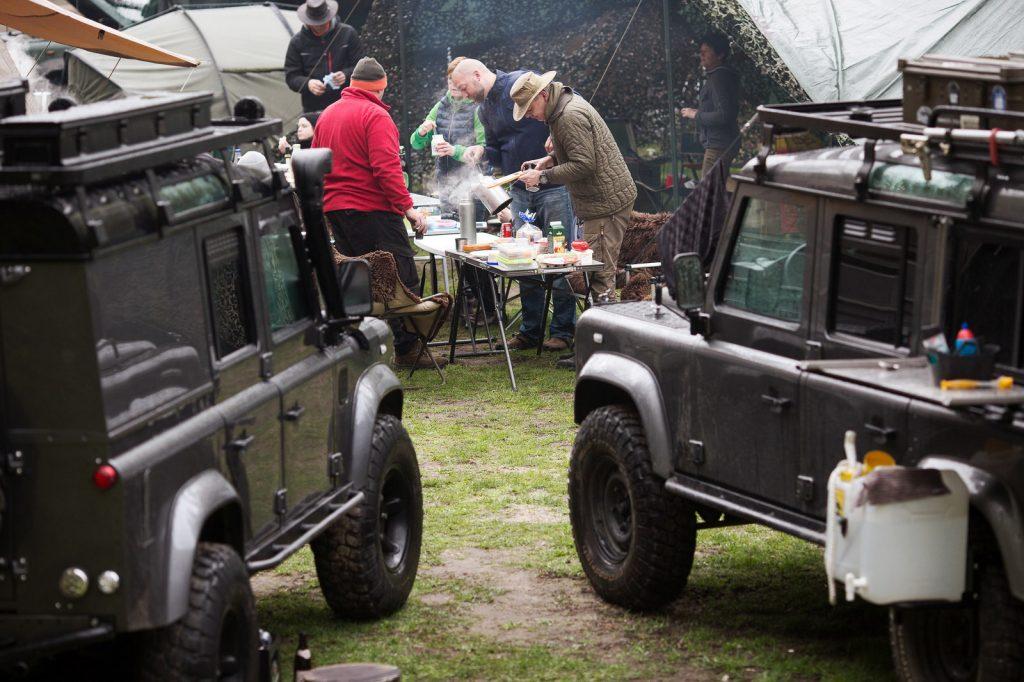 Beim Camping wird gemeinsam gekocht.