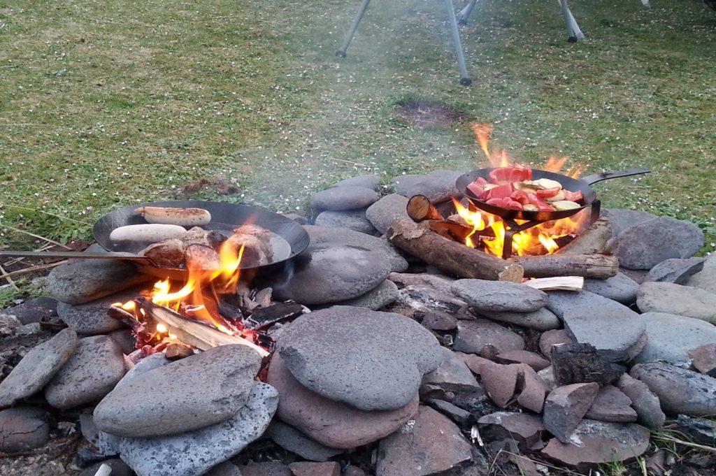 Aller Anfang muss nicht schwer sein – Eine gemütliche Campatmosphäre und Kochen über dem offenen Feuer zieht jeden in seinen Bann.