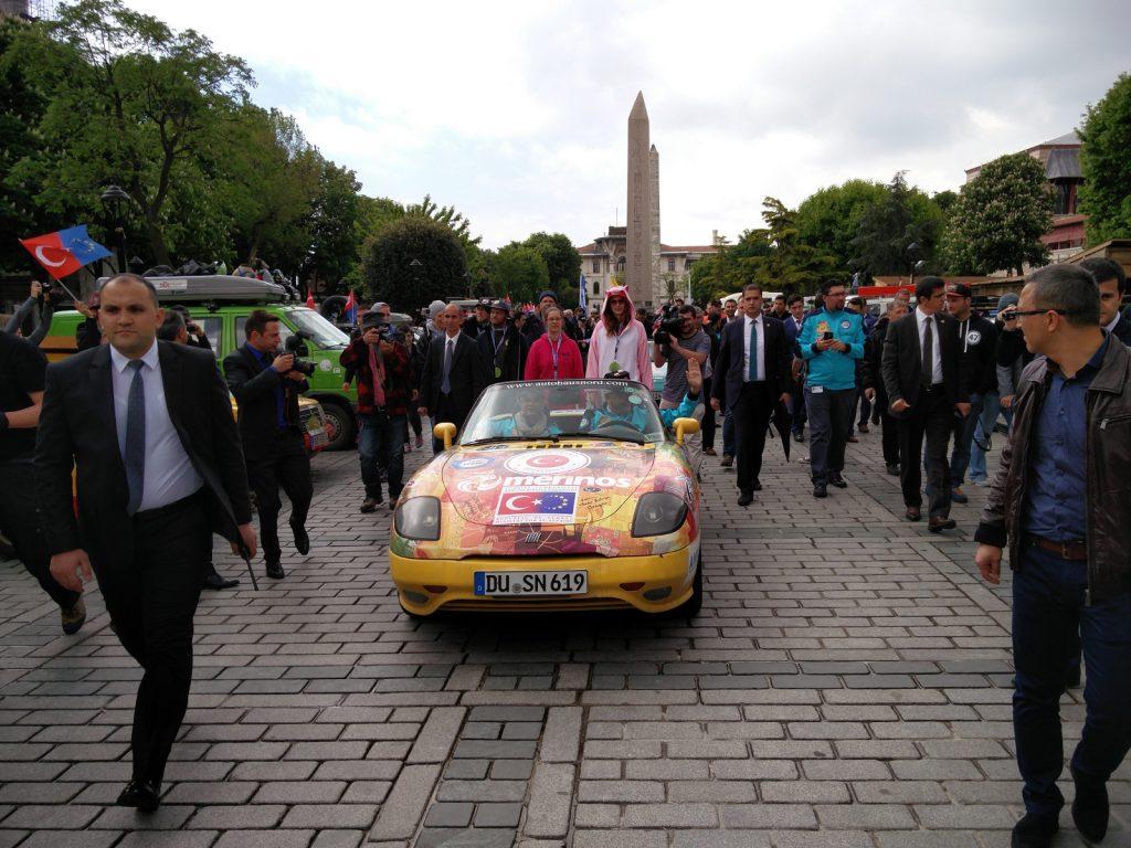 Europa-Orient-Rallye - Die Aufmerksamkeit in den durchquerten Ländern ist groß.