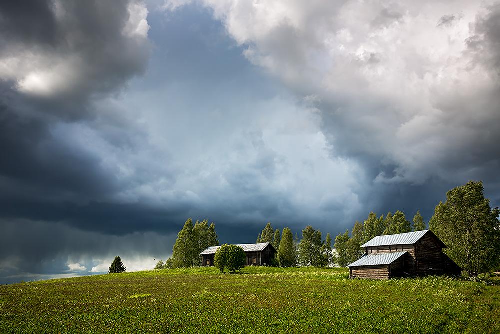 Nordwärts – 12.000 Kilometer durch Karelien, Finnland und Russland. - Holzhäuser in Ilomantsi.