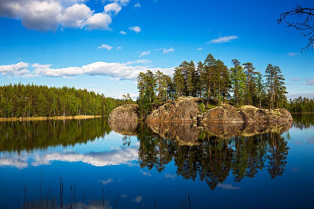 Nordwärts – 12.000 Kilometer durch Karelien, Finnland und Russland. - Seen, Wälder, kleine Inseln: eine typische Landschaft in Ostfinnland.