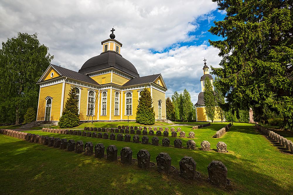 Nordwärts – 12.000 Kilometer durch Karelien, Finnland und Russland. - Die leuchtend gelbe Holzkirche in Taipalsaari.