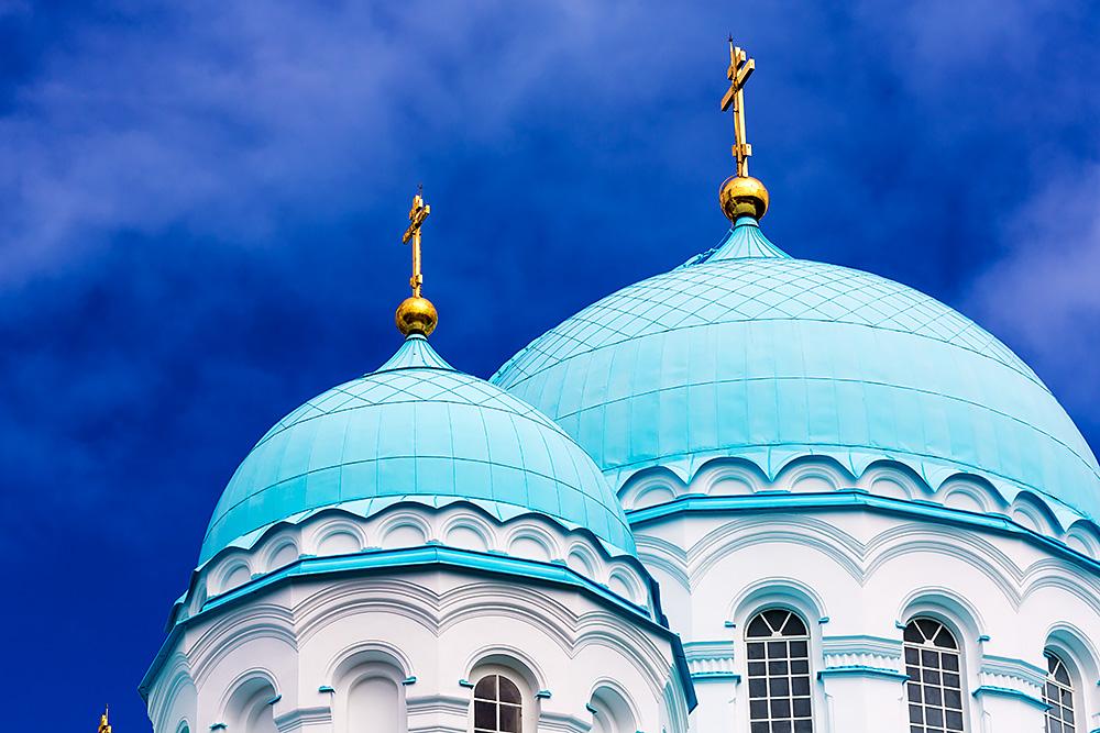 Nordwärts – 12.000 Kilometer durch Karelien, Finnland und Russland. - Strahlend blau und weiß präsentiert sich die Transfigurationskathedrale.