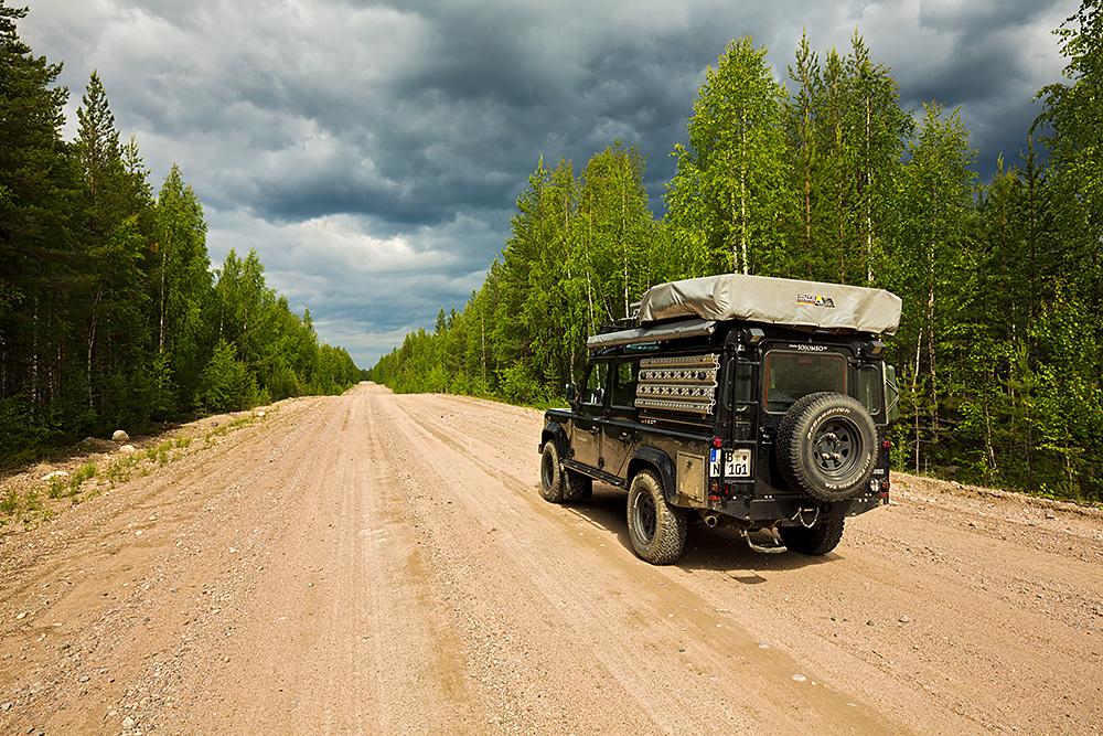 Nordwärts – 12.000 Kilometer durch Karelien, Finnland und Russland. - Eine Piste durch die endlos erscheinenden Wälder Kareliens.