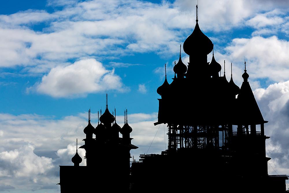 Nordwärts – 12.000 Kilometer durch Karelien, Finnland und Russland. - Silhouette des Holzkirchenensembles.