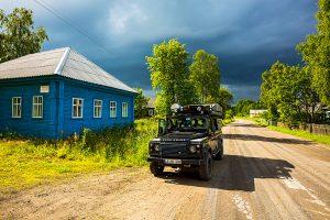 Nordwärts – 12.000 Kilometer durch Karelien, Finnland und Russland. - Typisch Karelien: bunte Holzhäuser, leere Straßen und ein stimmungsvolles Licht.