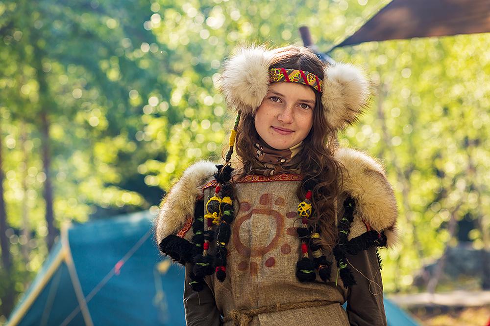 Nordwärts – 12.000 Kilometer durch Karelien, Finnland und Russland. - Mädchen aus Moskau bei den Steinritzungen.