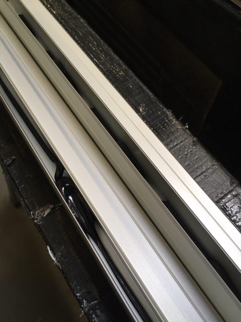 Alex Küchenkiste - Mit Klebe- und Dichtmasse werden die Ausbauplatten in den Profilen eingeklebt.
