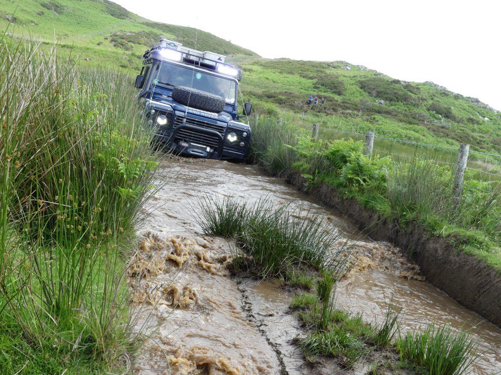 10 Anfängertipps für das Offroad-Fahren - Ist der Weg frei oder liegen irgendwo große Steine im Wasser? Gibt es eine unerwartete Senke?