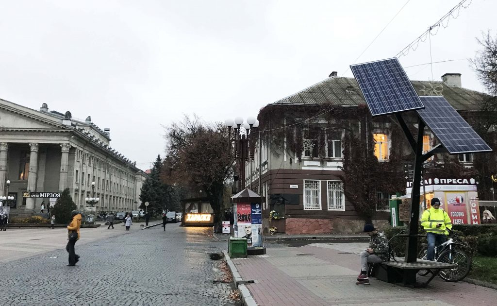 Europas wilder Osten - Teils des Marktplatzes in Ternopil, links Theater und rechts eine Solar-Ladestation für mobile Geräte.