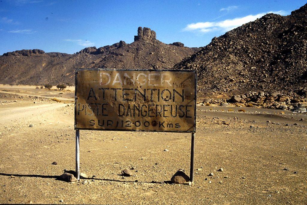© H.C. Maurer - Warnschild kurz hinter der algerischen Grenze.