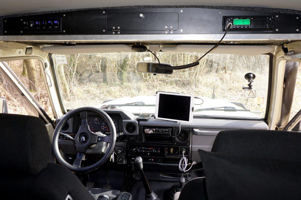 Selbstausbau Toyota Land Cruiser J7 - Cockpit mit oberer Konsole.