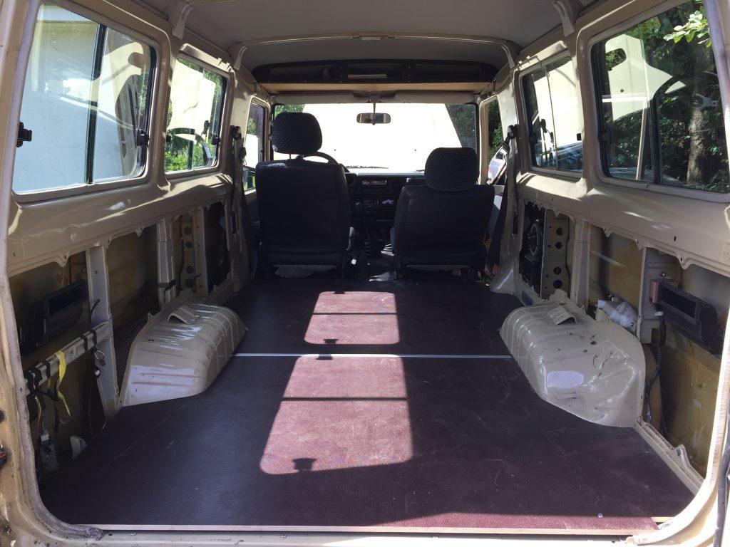 Selbstausbau Toyota Land Cruiser J7 - Nach dem Kauf: leer und nackt.