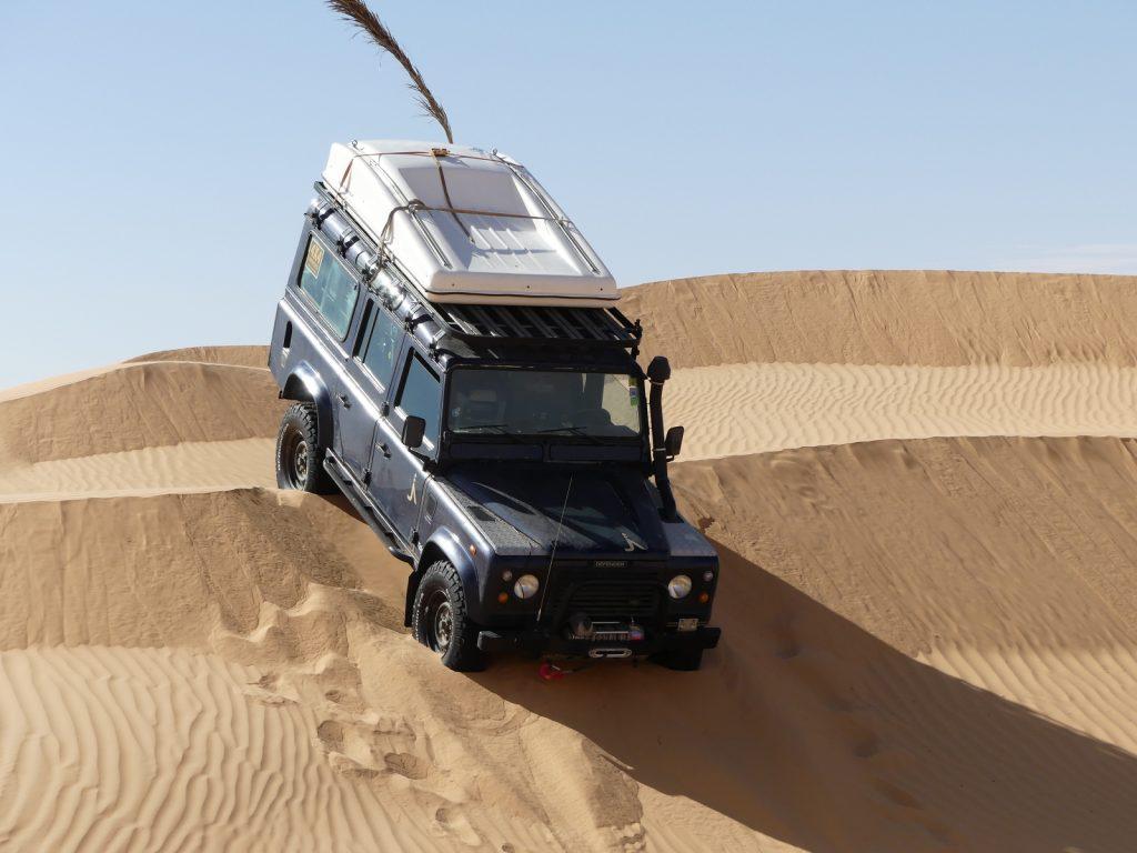 Offroad im Sand - Bergab bilden sich Sandkeile vor den Rädern.