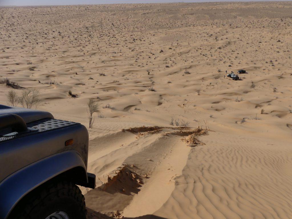 Offroad im Sand - Je heißer es wird, desto weicher wird der Sand. Hier sind die ausgefahrenen Spuren zu sehen.
