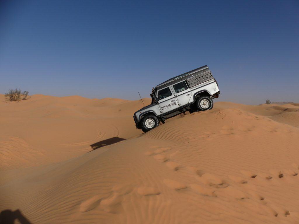 Offroad im Sand - Perfekter Stand nach der Kuppe.