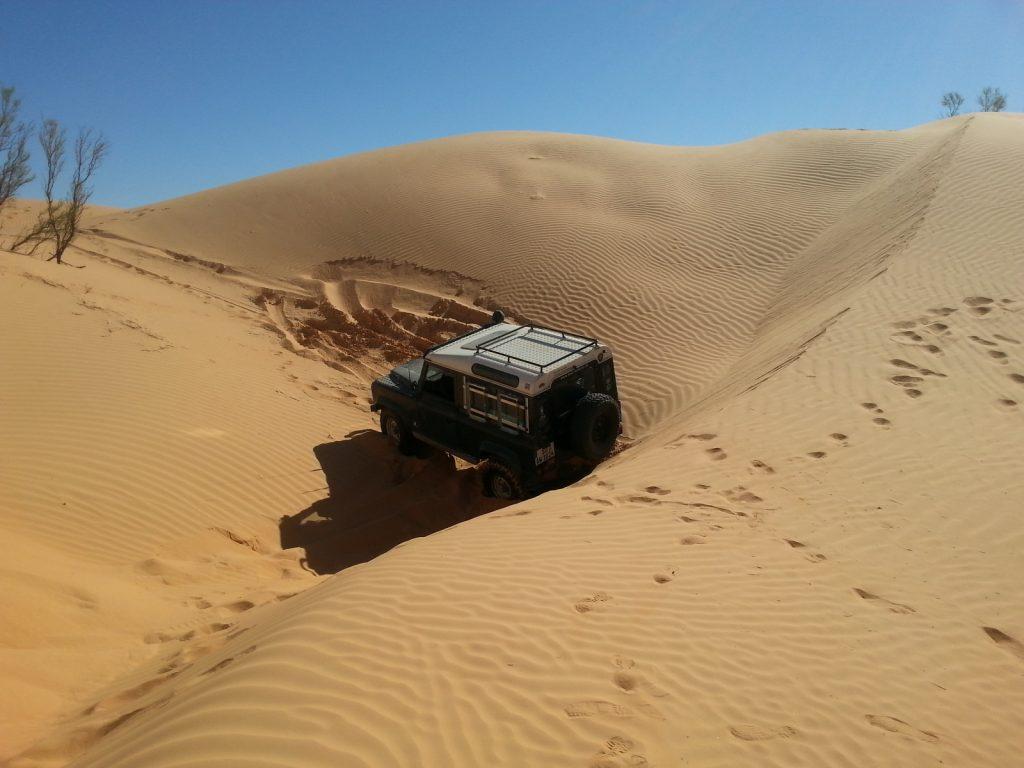 Offroad im Sand - Sind die Dünen zu eng beieinander, bleibt man dazwischen schnell stecken.