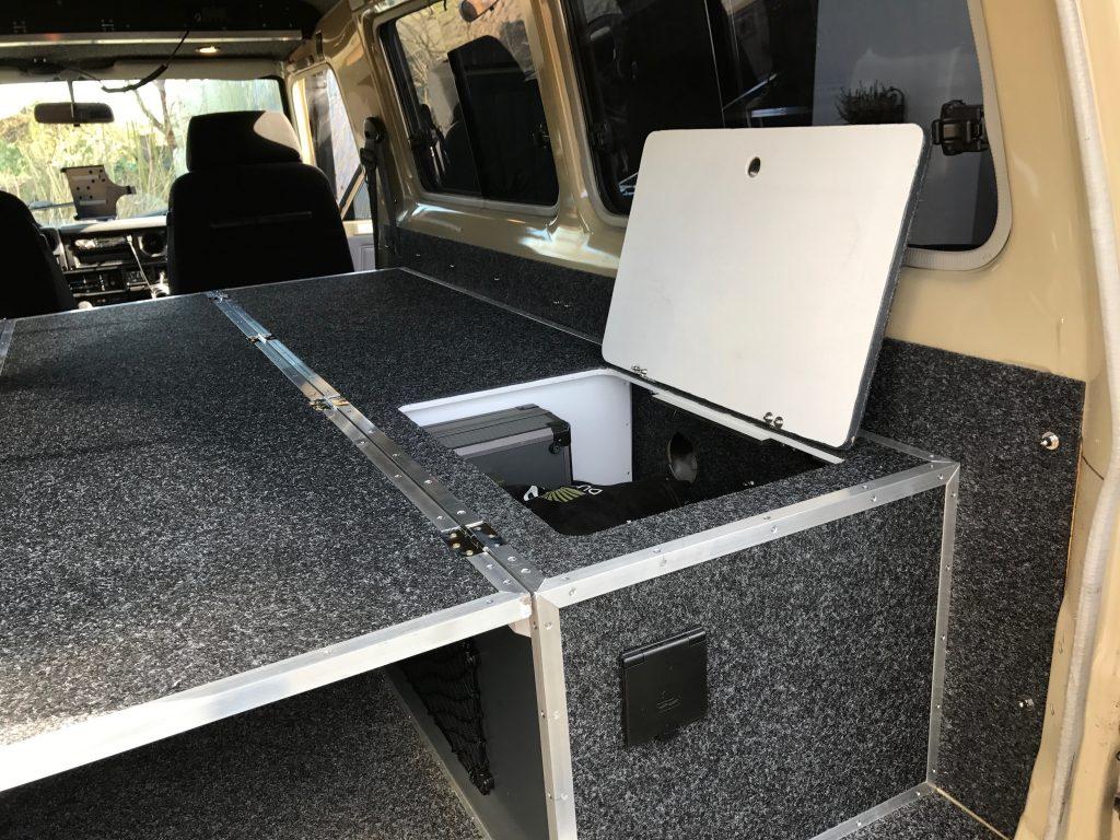 Selbstausbau Toyota Land Cruiser J7 - Zugang zum Frischwassertank.