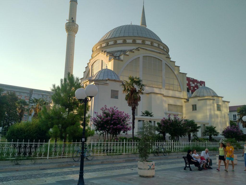 Der Ruf des Muezzin: Unüberhörbar von den hohen Säulen der Ebu Bekr-Moschee in Shkodra.